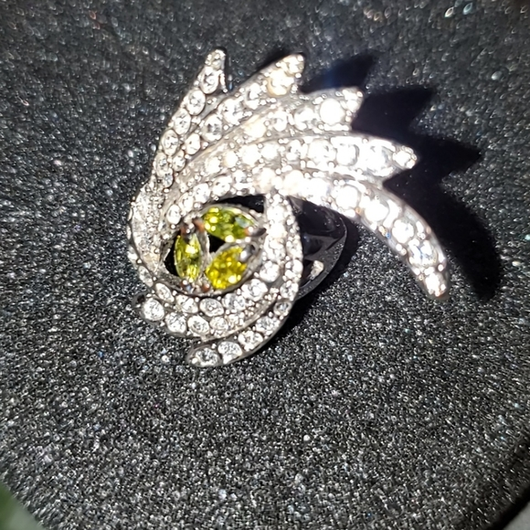 Sparkling Peacock Eye Zirconia w Emerald Ring